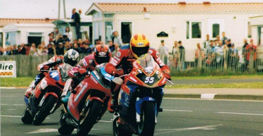 10 Darran Lindsay leads Ryan Farquhar and John McGuinness – Juniper Chicane-2004