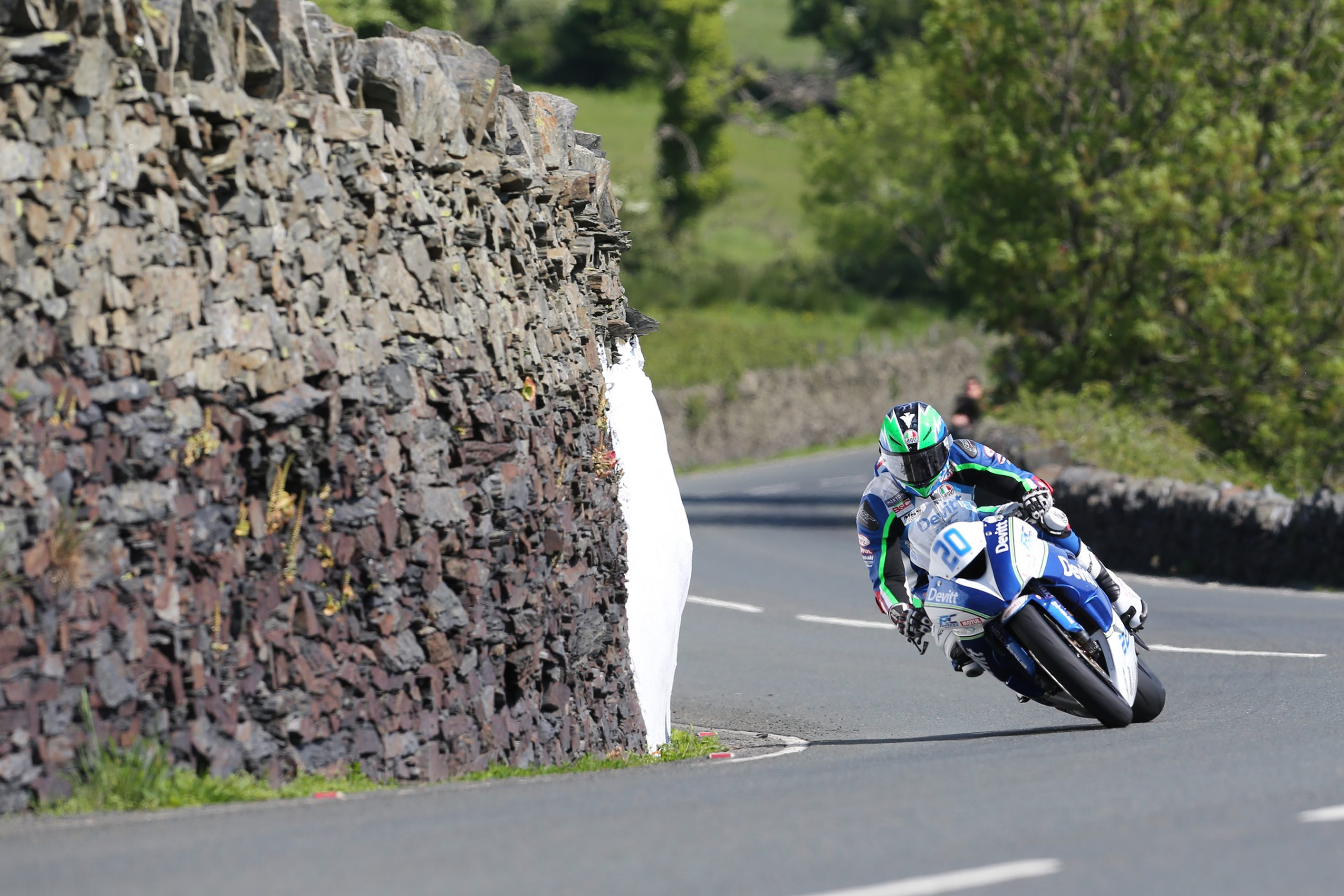 Ivan Lintin racing at the TT 2016 credit Stephen Davison, Pacemaker Press International